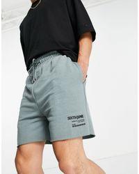 Sixth June Shorts polvoriento con logo estampado y bajos sin rematar - Verde