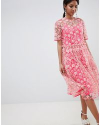 ASOS – Midi-Hängerkleid mit tiefer Taille und Blumenverzierung - Pink