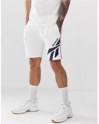 Reebok – Klassisches Shorts mit Vektor-Print - Weiß