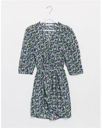 ONLY – Geblümtes Minikleid mit Taillengürtel - Blau