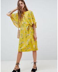 Soaked In Luxury Robe mi-longue à fleurs avec manches évasées - Jaune