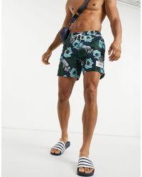 Calvin Klein – Mittellange Badeshorts mit tropischem Print - Schwarz