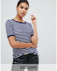 Boohoo Esclusivo - T-shirt basic a righe con colletto a contrasto - Blu