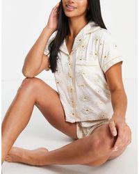 Chelsea Peers Petite - pigiama con color crema con stampa laminata di margherite oro - Bianco