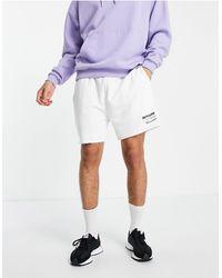Sixth June Shorts hueso con logo estampado y bajos sin rematar - Blanco
