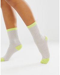 & Other Stories Schicke Lurex-Socken in Gelb und Beige kariert