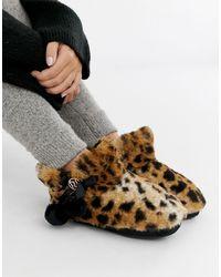 River Island Bottines chaussons avec pompon et imprimé léopard - Multicolore