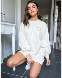 River Island Vestido corto color crema estilo sudadera con logo - Blanco