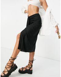 ASOS - Falda midi negra con detalle drapeado y abertura - Lyst