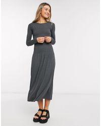 Monki Greta - Robe mi-longue à manches longues et taille froncée - Gris