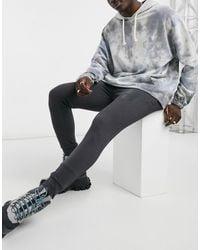 Nicce London – Jogginghose im Bahnendesign mit reflektierendem Logo - Grau