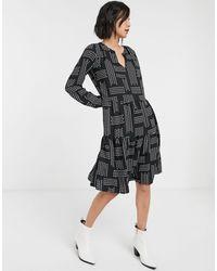 ONLY – Gesmoktes Kleid mit Stufensaum und Geomuster - Schwarz