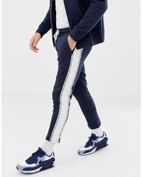 Jack & Jones – Core – Kurz geschnittene Jogginghose mit Seitenbändern - Blau