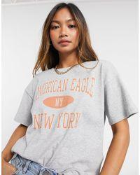 American Eagle Camiseta gris con logo estilo universitario