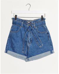 Stradivarius Pantaloncini di jeans lavaggio chiaro con cintura - Blu