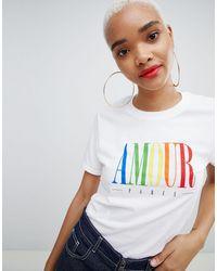 """Boohoo Esclusiva - T-shirt con scritta """"Amour"""" arcobaleno - Bianco"""