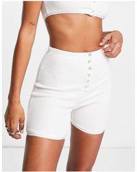 Lost Ink Shorts blancos estilo legging con detalle