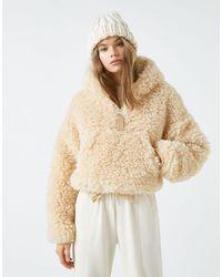 Pull&Bear – Kurze, flauschige Jacke aus Teddystoff - Weiß