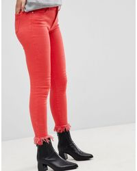 ONLY – Farbige Skinny-Jeans mit Fransensaum - Rot
