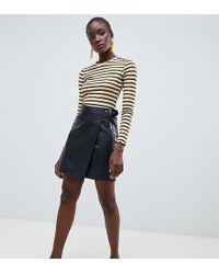 5a1b9c7b8 Minifalda acampanada de efecto cuero en negro de