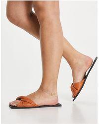 SIMMI Shoes Simmi London – Parrish – Weiche, flache Pantoletten mit verdrehtem Design - Braun