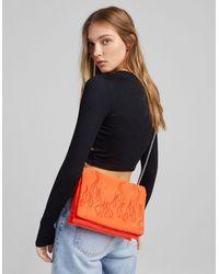 Bershka Sac porté épaule en nylon avec anse chaîne et flamme en relief - Orange