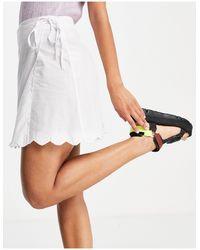 Fashion Union – Kurzer Strand-Wickelrock mit Muschelsaum - Weiß