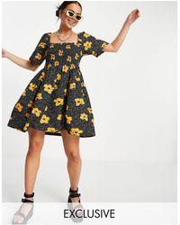 Collusion – Gerafftes Mini-Sommerkleid mit Blumenmuster - Schwarz