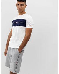 Tommy Hilfiger – es Lounge-T-Shirt mit Rundhalsausschnitt und kontrastierendem Logo-Einsatz auf der Vorderseite - Weiß