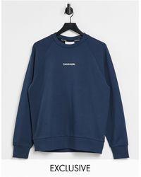 Calvin Klein Синий Свитшот С Логотипом Посередине На Груди И Вертикальным Логотипом На Спине – Эксклюзивно Для Asos-голубой