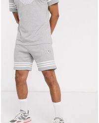 adidas Originals – e Shorts mit Dreiblatt-Logo und 3 Streifen - Grau
