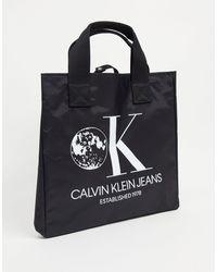 """CALVIN KLEIN JEANS EST. 1978 Calvin Klein Jeans – Beuteltasche mit """"Established 1978""""-Grafik - Schwarz"""