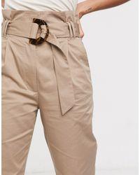& Other Stories Pantalones tapered suaves con cinturón en color turrón - Neutro