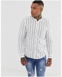 Bershka Camisa blanca a rayas con cuello henley - Blanco