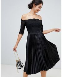 Chi Chi London - Midi-jurk Met Kanten Top En Geplooide Jurk Min Zwart - Lyst