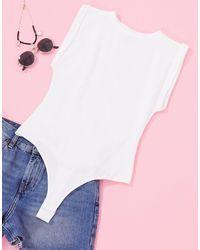 ASOS Body estilo camiseta sin mangas con detalle enrollado en el borde en blanco - Multicolor
