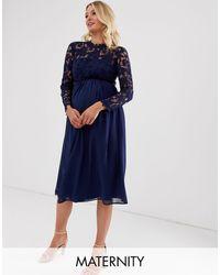 Chi Chi London Robe mi-longue en dentelle au crochet avec jupe en mousseline - Bleu marine