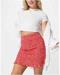 Love Triangle Mini-jupe froncée (pièce d'ensemble) - Rouge à petites fleurs blanches