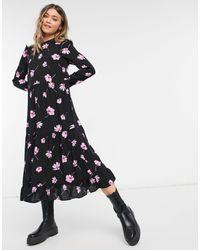 New Look Vestito midi a grembiule rosa a fiori con maniche a volant - Nero