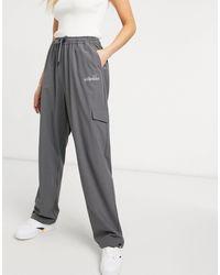 Ellesse Pantalones cargo grises con logo reflectante exclusivos en ASOS