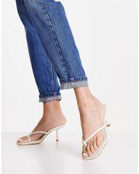 Forever New – Stella – Mules mit Zehenschlaufe und niedrigem Absatz - Weiß