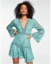 Love Triangle Vestido corto color pistacho con mangas acampanadas - Verde