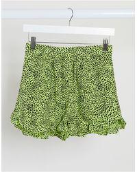 TOPSHOP Pantalones cortos fruncidos con estampado animal en color lima - Verde