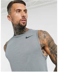 Nike Top de tirantes en gris superset de