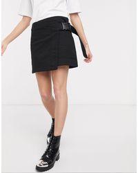 Weekday Minifalda cruzada con cinturón en negro