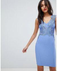 Lipsy Robe moulante à fleurs appliquées et col V - Bleu