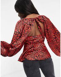 ASOS Top en satin à manches longues façon kimono avec imprimé léopard - Rouge