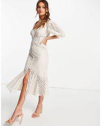 ASOS – Minikleid aus Spitze mit Schößchen, Kontrastsaum und Blumenmuster - Weiß