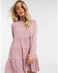 Missguided Vestito grembiule a maniche lunghe e a balze color cipria - Rosa
