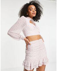 Love Triangle Minifalda lila multicolor fruncida con estampado floral y volantes en el bajo
